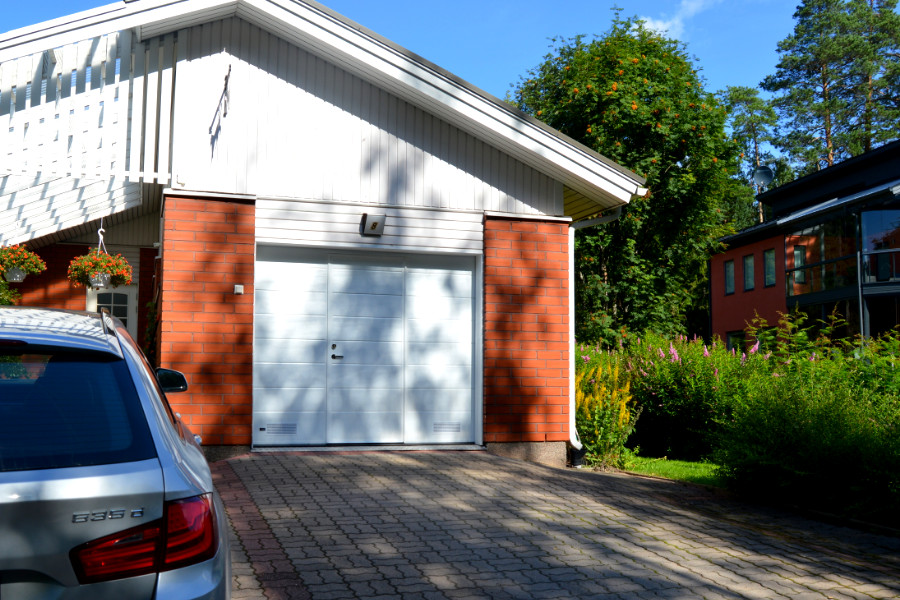 Nosto-ovi käyntiovella - autotallin saneeraus Kouvolassa