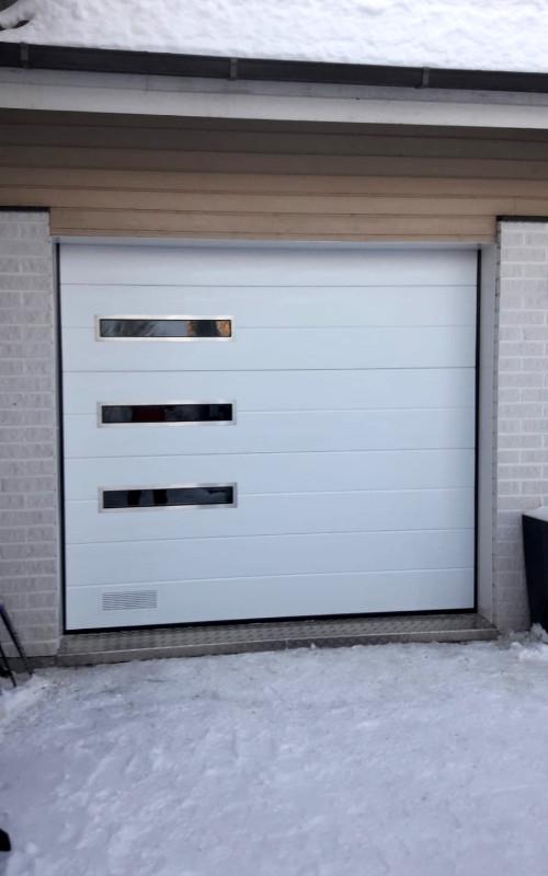 Nosto-ovi designikkunoilla Myllykoskella – Leveävaakaura RAL 9016