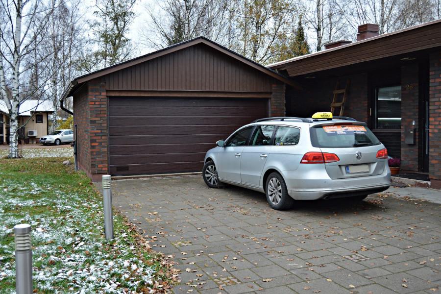 Paikallisen taksiyrittäjän nosto-ovi Kouvolassa – Ruskea RAL8017 - Puunsyy