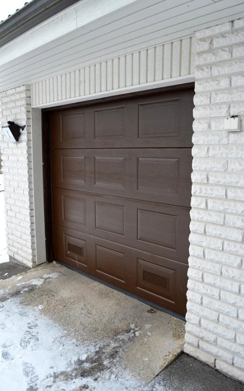 Peilikuvioinen nosto-ovi Lahdessa - Ruskea RAL 8017 - Puunsyy