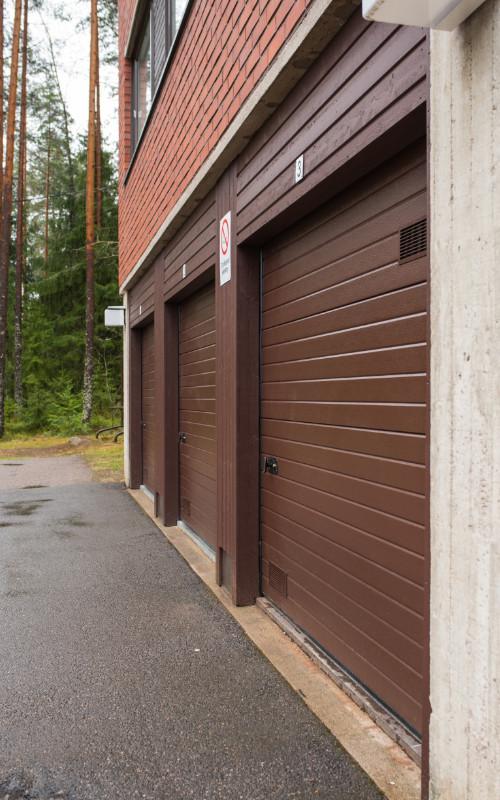 Taloyhtiösaneeraus Kouvolassa - Vaakaura - Ruskea RAL 8017 - Puunsyy