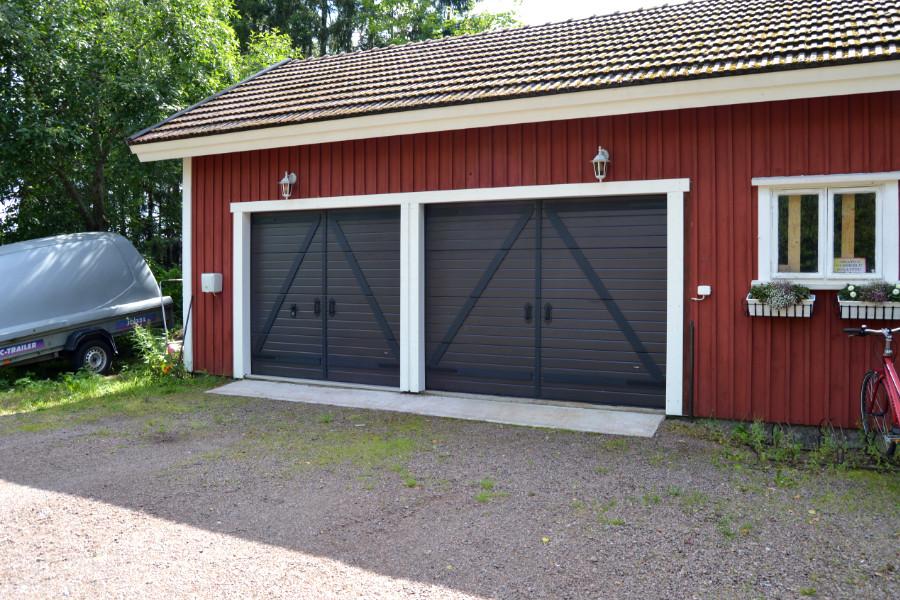 Vaakauralliset nosto-ovet Retro-koristepaneloinnilla Valkealassa - Tummanruskea RAL 8019 - Puunsyy