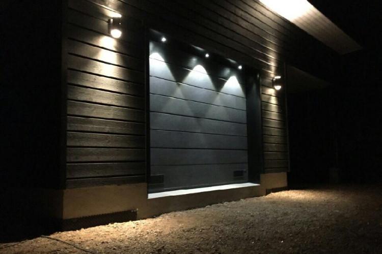 Autotallin nosto-ovi Led-valaistuksella Haminassa