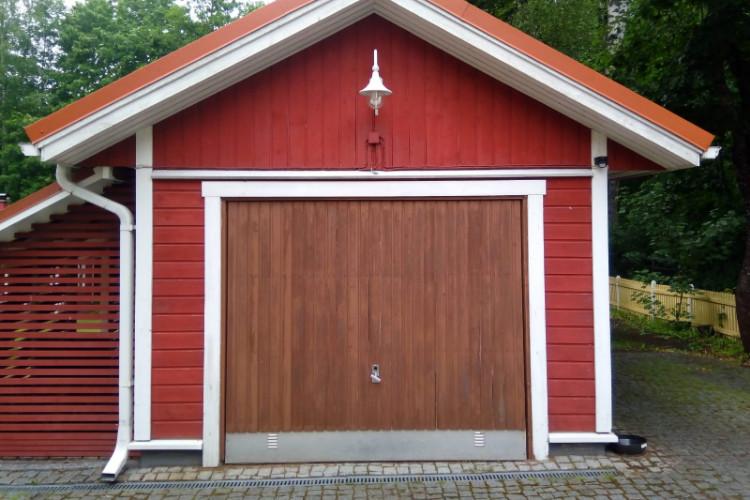 Vanhan yksilehtisen kippioven tilalle asennettiin Kotkassa auringonlaskuikkunoilla varustettu sähkökäyttöinen nosto-ovi avaimet käteen -palveluna.