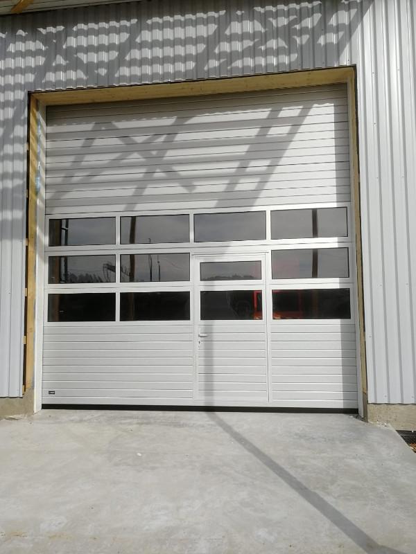 Teollisuusovi Fullview-ikkunariveillä sekä käyntiovella - Liljendal