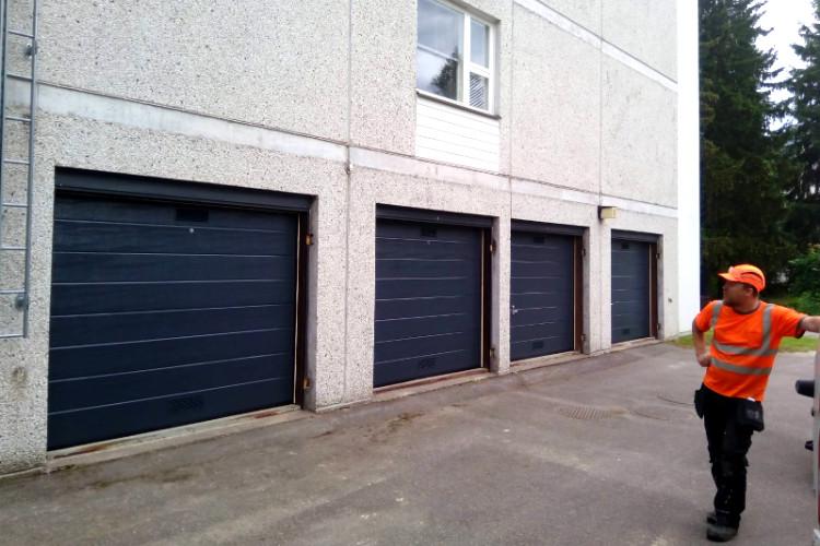 Pariovet uusittiin nosto-ovilla. Neljän autotallinoven rivi viimeistelyä vaille valmiina.
