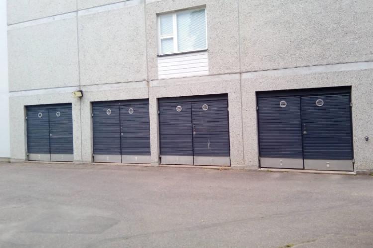 As Oy Heikinkoti imatralla päätti saneerata 8 kappaletta vanhoja autotallin pariovia.
