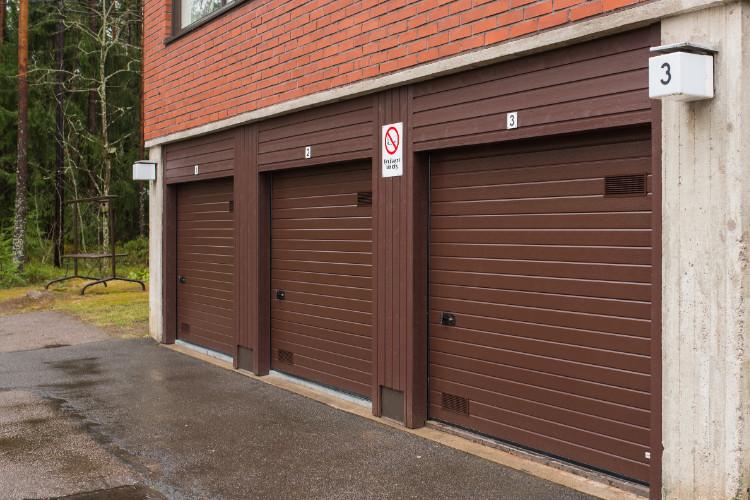 Taloyhtiön oviremontti Kouvolassa. Julkisivupanelointi sisällytettiin osaksi avaimet käteen -toimitusta.
