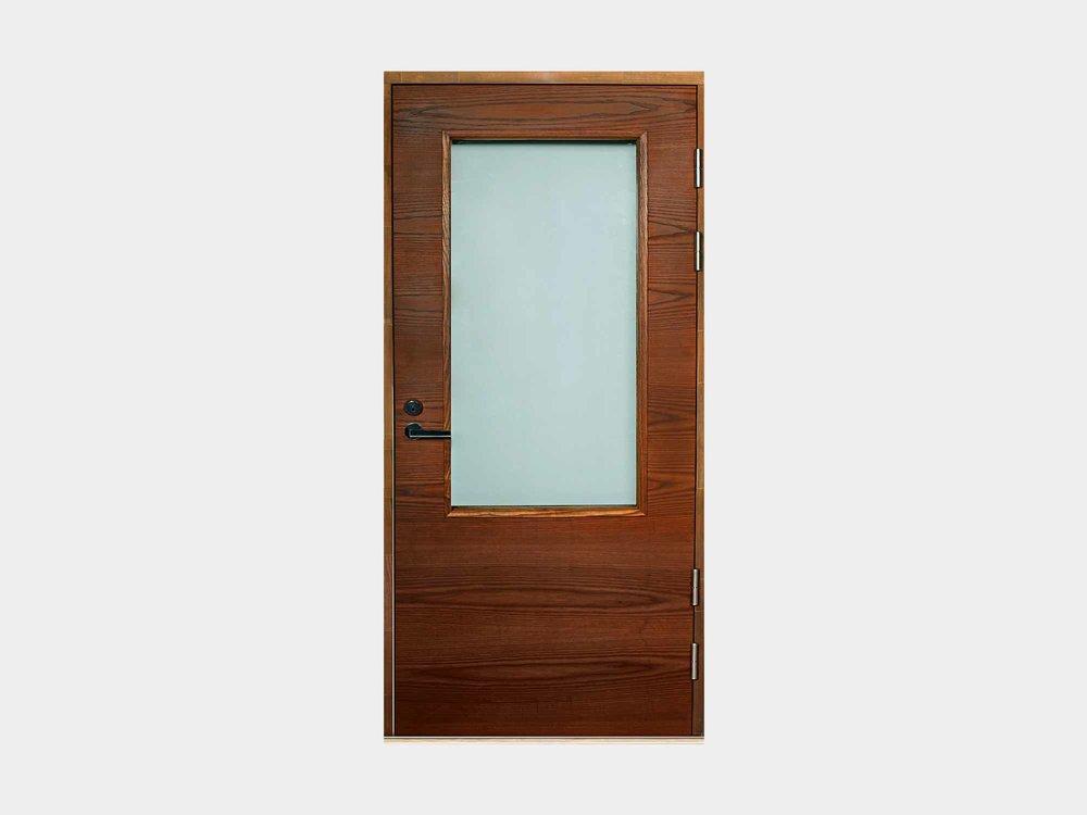 Huhti-mallimme on suunniteltu talon toiseksi sisäänkäynniksi takaterasseille ja parvekkeille. Maalattujen sisarmalliensa tavoin myös saarniviilupintaisen version lasiaukon korkeus on melkein rajattomasti muunneltavissa, mikä auttaa istuttamaan Huhti-ovemme seinään kuin seinään (kuvan ovi Huhti 16M erikoismitta). Meiltä saat kätevästi myös Huhti-ulko-oviin sälekaihtimet valmiiksi käyttökuntoon asennettuna.