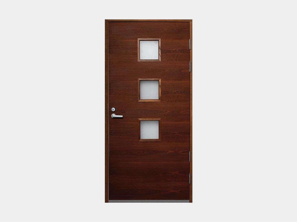 Vaakaviilutettu Nuotta edustaa muotoilultaan skandinaavista minimalismia, mutta kaikista simppeleimmästä päästä tämä ovi kolmella pikkuikkunallaan ei kuitenkaan ole. Saarninuotassa yhdistyy elegantti puumateriaali kivasti rytmitettyihin pieniin ikkunaruutuihin, tehden ovesta raikkaan valinnan pääsisäänkäynniksesi.