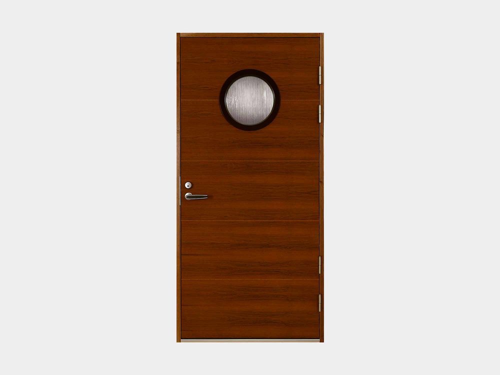Vaakaviilupintainen Paatsalo henkii merellistä tunnelmaa. Näyttävällä pyöreällä lasiaukolla varustettuna Paatsalo ulko-oven sopii asentaa kuitenkin myös aivan maallisiin maisemiin, hirsitaloon tai täyskivitaloon ja kaikkeen siltä väliltä. Hento ja hienotunteinen vaakauritus rytmittää oven ulkonäköä mukavalla tavalla. Lasilistakehä on mustaksi maalattua mdf-levyä ja se korostaa tyylikkäästi näyttävää pyöreää ikkunaa.