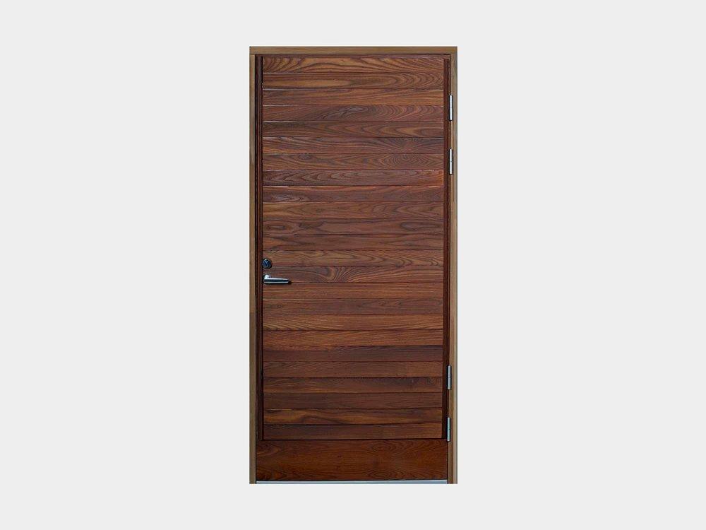 Saarnipaneloidun ikkunallisen Taimenen sisarmalli on umpinainen. Ovi on näyttävä ja jykevä ja sen kokonaispaksuus 90 mm on pysäyttävä. Ikkunallisen sisarmallinsa tavoin tämäkin ovi valmistetaan käsityönä; huolella ja pieteetillä. Sen yksityiskohdat listoituksineen on loppuun asti mietittyjä ja millintarkasti mitoitettuja, jotta ovi kestää kaikista kriittisimmänkin tarkastelun. Umpinaisesta Taimenesta saa sivuikkunoiden kanssa erittäin tyylikkään kokonaisuuden vaativimpiinkin tarpeisiin.