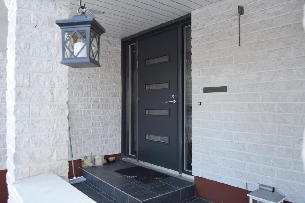Ulko-ovi ikkunoilla ja levikkeellä Valkealassa - Harmaa