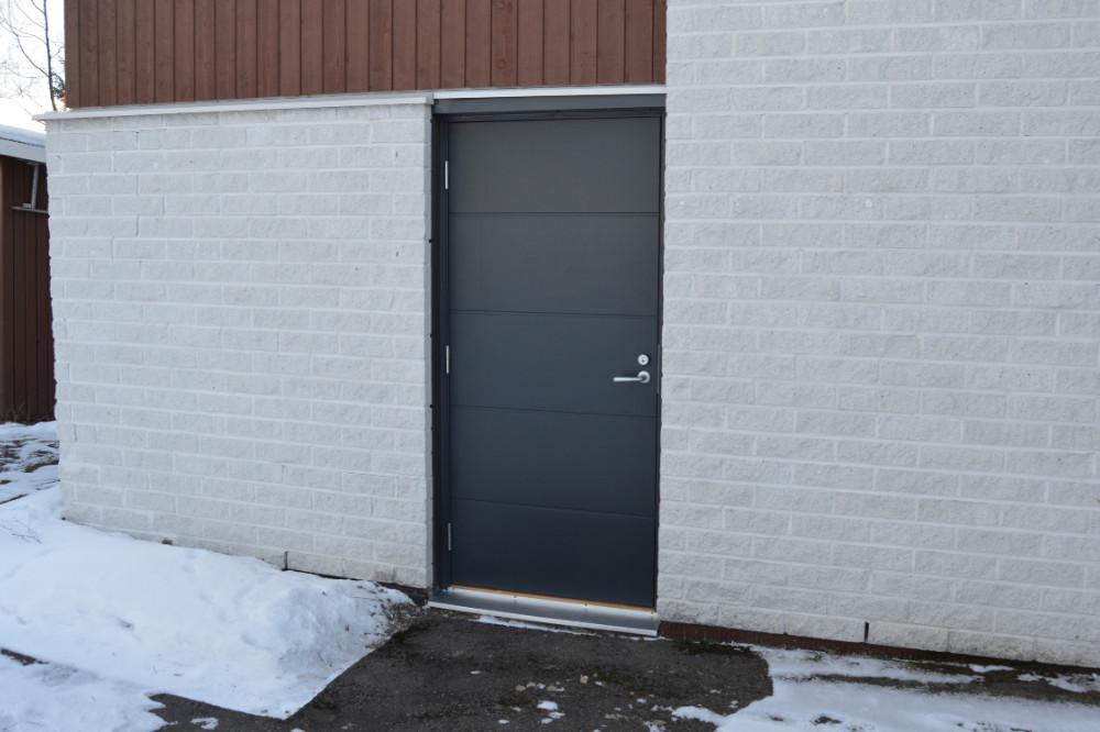 Varaston ovi Valkealassa - Harmaa