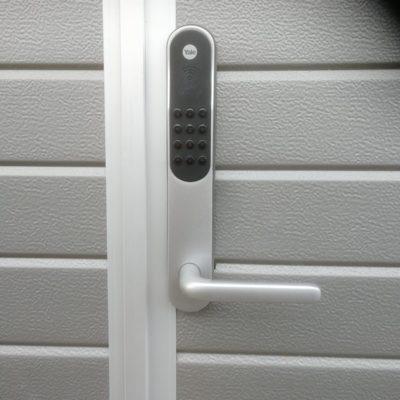Yale Doorman on uuden ajan älylukko, jonka avaamiseen voit käyttää koodia, kulkutunnistetta, kaukoavainta tai älypuhelinta. Sinun ei tarvitse enää huolehtia kadonneiden avainten joutumisesta vieraisiin käsiin, koska kadonnut kulkutunniste voidaan poistaa käytöstä välittömästi. Kotisi säilyy turvattuna katoamisesta huolimatta.