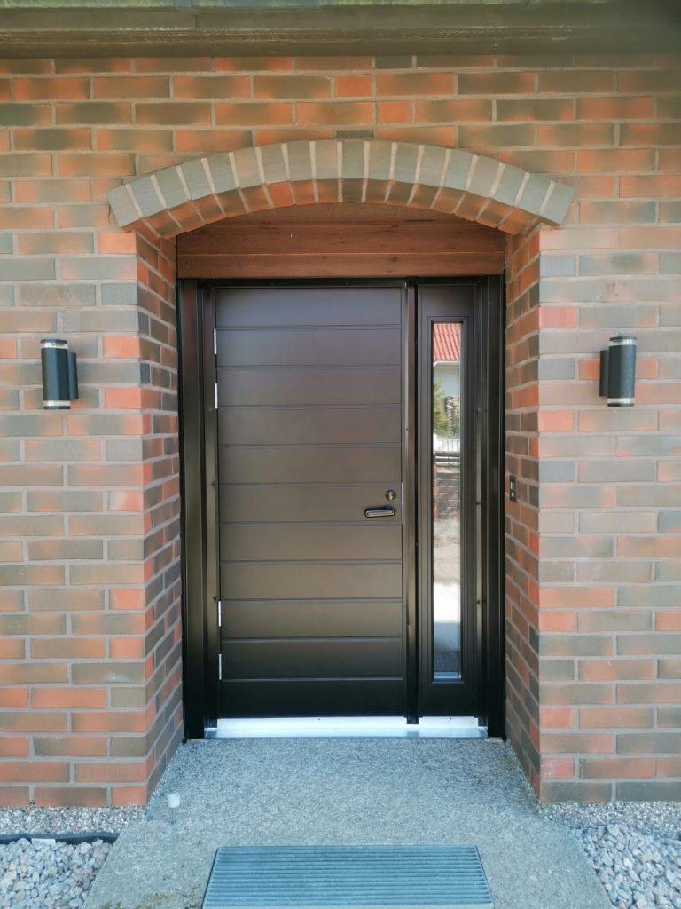 Ulko-ovi ikkunallisella levikkeellä asennettuna Lahdessa - JK-Ovet