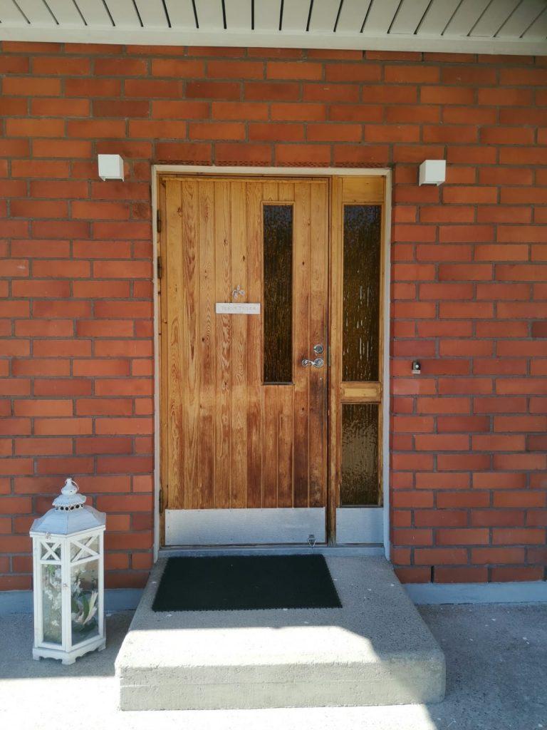 Ulko-ovi levikkeellä ennen JK-Ovia Loviisassa
